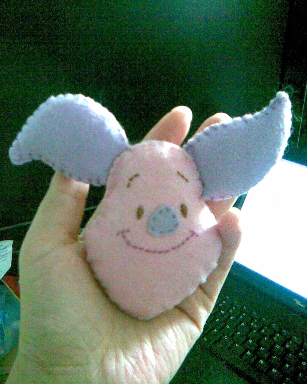 不织布手工制作的,挑来挑去选了一只可爱的小猪
